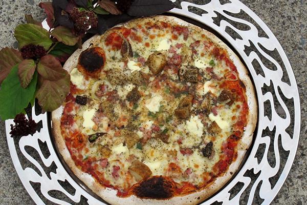 Monatspizza mit Steinpilzen