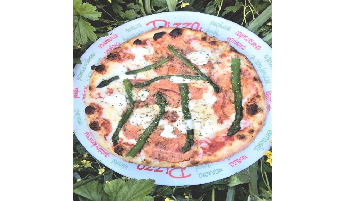 Monatspizza mit Spargel vom Zelglihof und Rohschinken